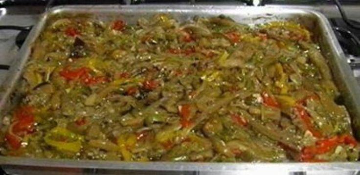 5 berinjelas pequenas  - 3 pimentões vermelhos pequenos  - 3 pimentões amarelos pequenos  - 3 pimentões verdes pequenos  - 5 cebolas médias  - 5 dentes de alho grandes  - 2 pimentas dedo-de-moça  - 1 xícara (chá) de vinagre de vinho branco  - 1 1/2 xícara (chá) de azeite de oliva extra virgem  - 2 folhas de louro  - 1 colher (sopa) de glutamato monossódico (opc)  - 1 1/2 cubos de caldo de galinha esfarelados (opc)  - orégano (que baste)  - pimenta-do-reino (que baste)  - sal (que baste)