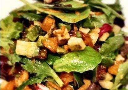 Salata verde mixta cu sos Chutney de lamaie verde si ardei iute chilli- Sosurile Chutney sunt ideale pentru salate, sandvisuri, la picnic sau pentru gratare. Acest sos Chutney este un sos autentic facut din lamai Kagzi, ardei verzi chilli si condimente aromate
