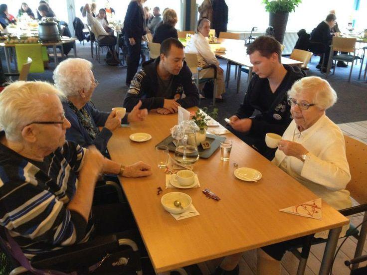 Aafje - Studenten van de EUR spelen kaart met een aantal bewoners van Aafje thuiszorg huizen zorghotels.