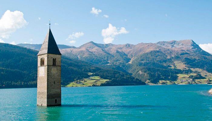 Le lac de Resia, dans le nord de l'Italie, est une curiosité locale et un site de plongée sous-marine où l'on voit dépasser le clocher