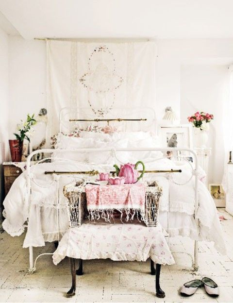 shabby: Decor Ideas, Romantic Bedrooms, Bedrooms Design, Design Bedrooms, White Bedrooms, Beds Frames, Design Home, Bedrooms Decor, Shabby Chic Bedrooms
