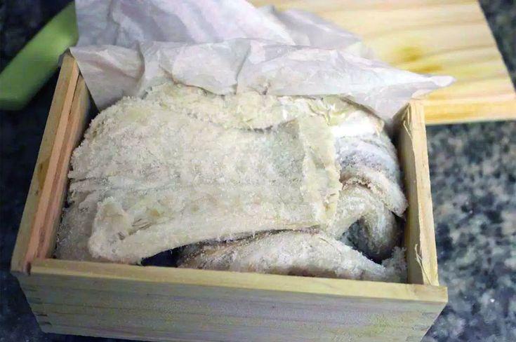 Baccalà e stoccafisso sono due modi di intendere l'utilizzo in cucina del pesce merluzzo. Scopriamo quali sono le differenze etimologiche, culinarie, e le proprietà nutritive di questi alimenti, i quali sono dietetici e importanti per un'alimentazione sana.
