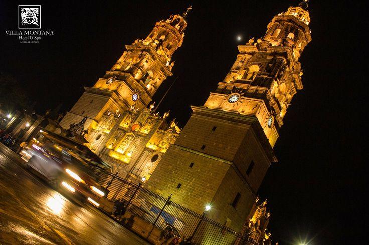 Admira la grandeza de nuestra catedral en su máximo punto de belleza durante el tradicional encendido de cada sábado.  #HotelVillaMontaña