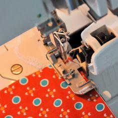 emma en mona: OVERLOCKTIPS Heel veel tips om je lockmachine te gebruiken o.a. om 2 gekleurde stoffen aan elkaar te naaien