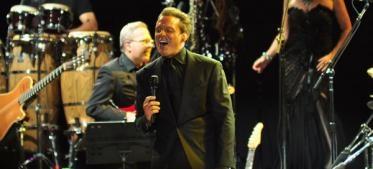 """El evento empezó a las 21:00, con el quiteño Daniel Páez, quien abrió el show con algunos de sus temas más románticos, entre ellos """"¿Dónde estás?"""" y """"No hay nada más"""", con los que se llevó los aplausos del público. Terminada su presentación, las luces del escenario se apagaron, para dar paso a un coro que interpretó estrofas de varias canciones de Luis Miguel, lo cual aumentó la ansiedad del público."""