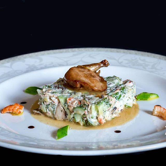 """Восхитительный рецепт салата """"Оливье"""" впервые был представлен в 1865 году месье Люсьеном Оливье в ресторане французской кухни города Москвы """"Эрмитаж"""", и вскоре стал иконой русской кухни.    Представленный шеф-поваром Кристианом Маурино салат «Оливье» с раковыми шейками и перепелкой под трюфельным соусом, в ресторане «Паризьен» с 2008 года по настоящий момент пользуется огромной популярностью. Приходите попробовать этот шедевр!!! #Паризьен #ресторанпаризьен"""