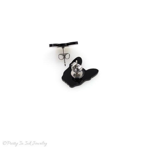Ces petits Dia de los Muertos Boston Terrier est une création originale de dessiné à la main de la nôtre. Ils mesurent environ 5/8(15,9 mm haut) et reposent sur des postes en acier hypoallergénique. Les chiots sont issus dacrylique noir, un matériau durable et étonnamment léger. Ils sont scellés avec un revêtement transparent brillant pour protéger la conception et avoir un joli brillant finition.  Soyez sûr de vérifier les autres pièces de Boston Terrier dans notre boutique, disponible ...