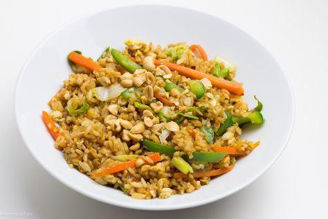 Fried Rice mit Ei, Karotte, Paprika, Romanasalat und Erdnüssen.