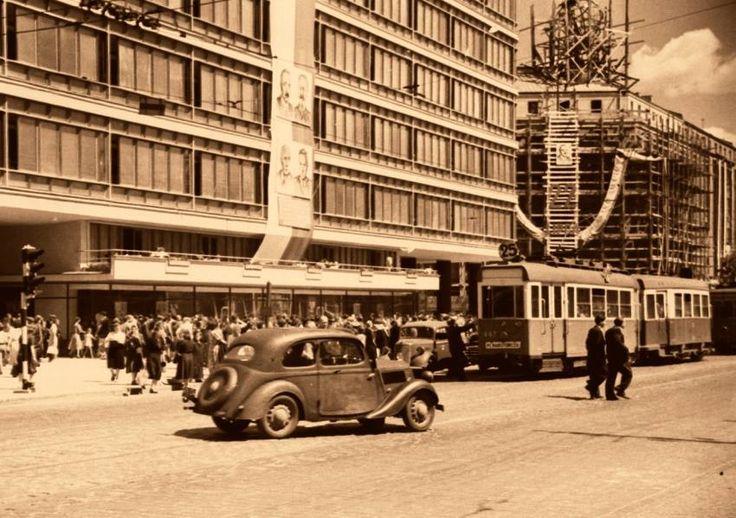 Al. Jerozolimskie, udekorowany CDT i budynek Orbisu za rusztowaniem. Rok 1950.    fot. Roman Wionczek/omni-bus.eu