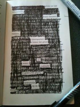 Stiftgedicht. Maak een gedicht door keuze uit op papier gedrukte woorden, door de rest van de bladzijde weg te strepen.