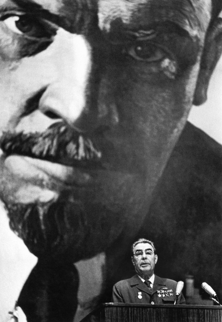 «Не оглядываясь назад (Два Ильича)», 1970-е гг. – знаменитый снимок классика советской репортажной съемки Дмитрия Бальтерманца.