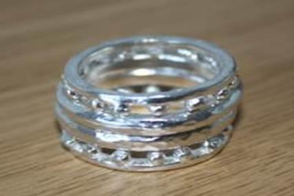 Seis anillos independientes de plata. Dos finos, dos con bolitas soldadas y dos con acabado martelé. Puede hacerse en oro  Se pueden vender juntos o separados  $79 euros todos, en plata. Precio indicado en euros (en el resto de materiales preguntar precio).