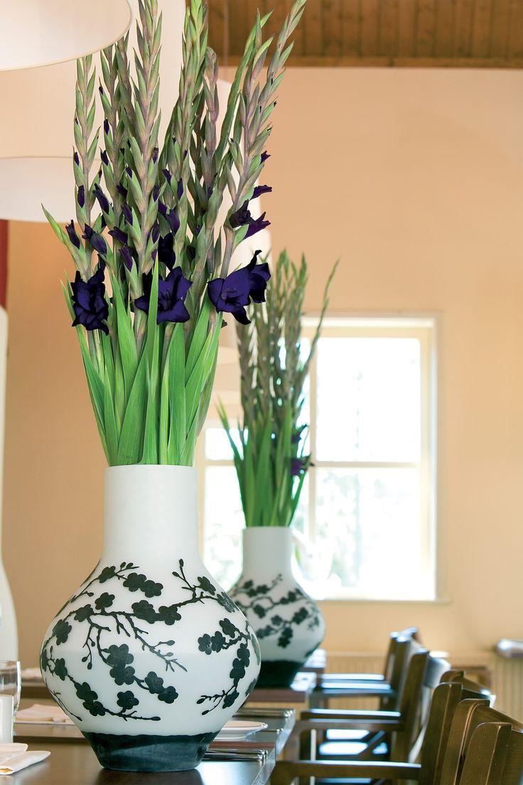 Was für ein wunderbares Verweis auf Asien! Liebe die Vase in Kombination mit lila Gladiolen<3