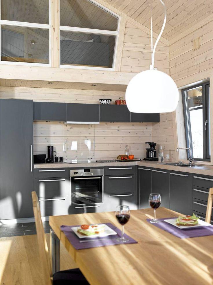 LUFTIG: Taket er 4,5 meter på det høyeste, og fra kjøkkenet ser man opp til overetasjen. Sollyset skaper spennende skygger i rommet.