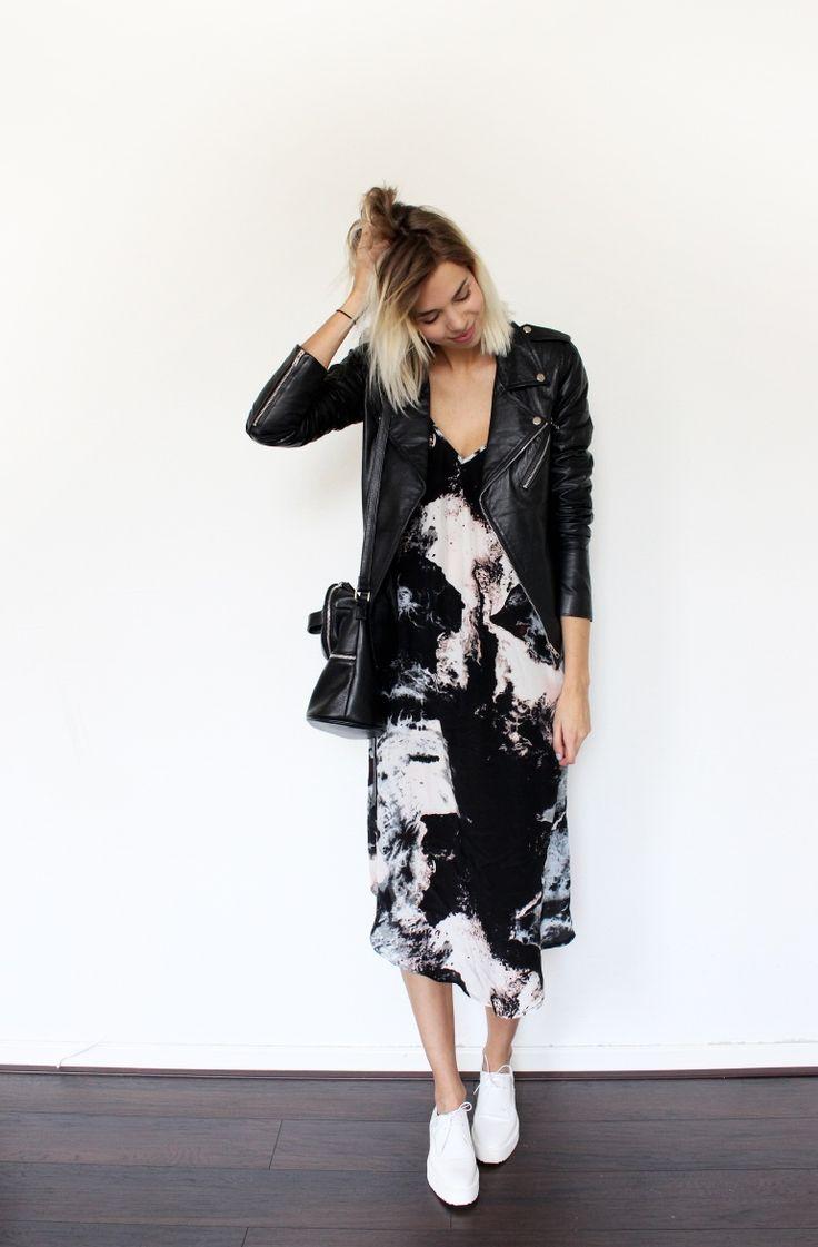 a jaqueta de couro traz força e um pouco do sexy por causa do material