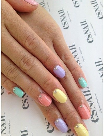 Perfect pastel manicure complete with sparkles