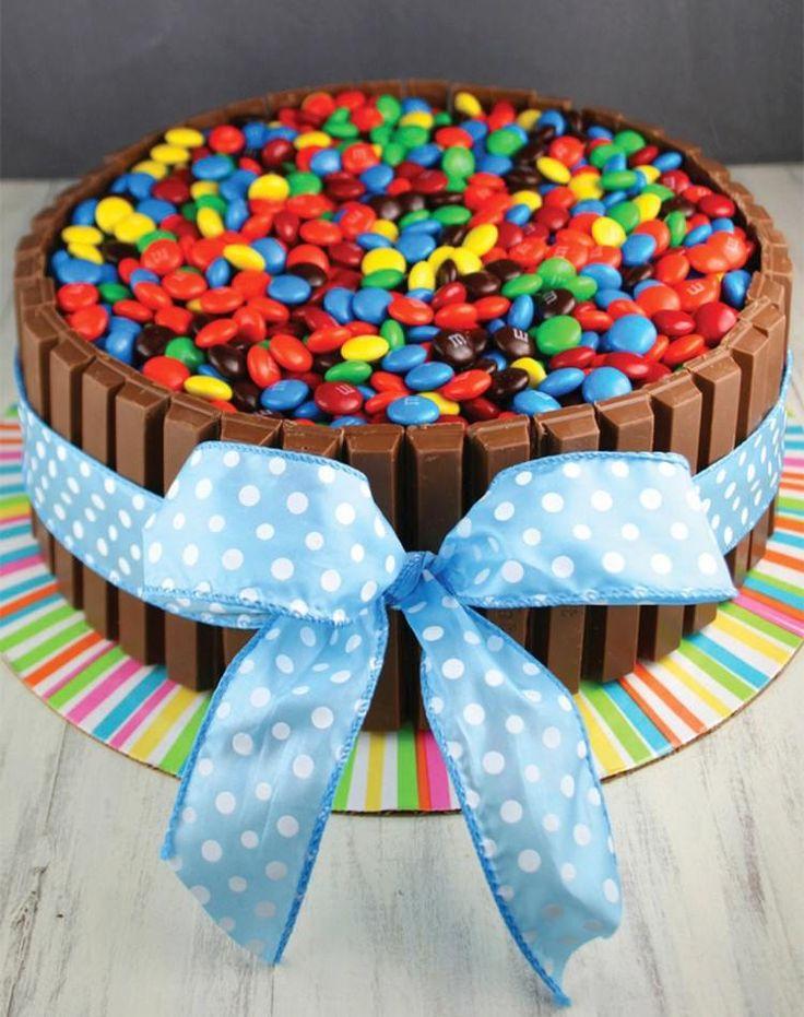 Torte mit KitKat Rand, gebackenem Tortenboden, M&Ms Füllung und einer großen Schleife
