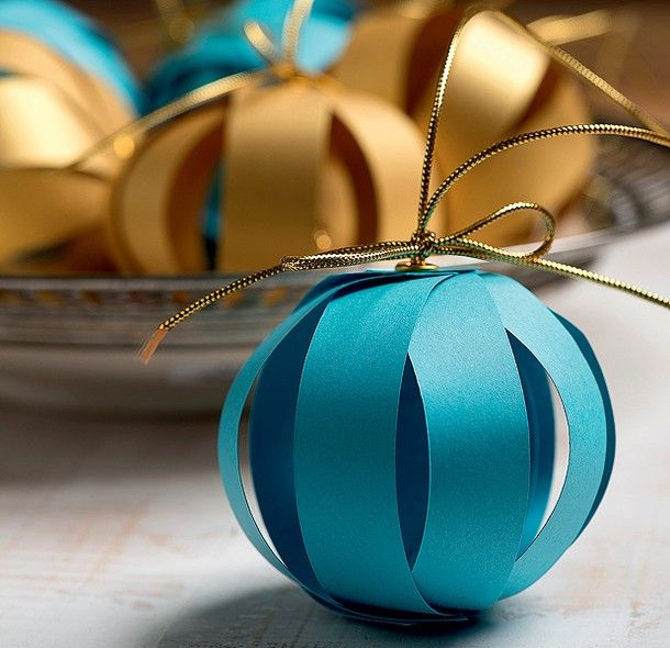 As bolas de Adriana Suzuki são tiras de papel colorido presas por um ilhós. Só não pode molhar! (Decoração de Natal | Christmas decor) FOTO 27