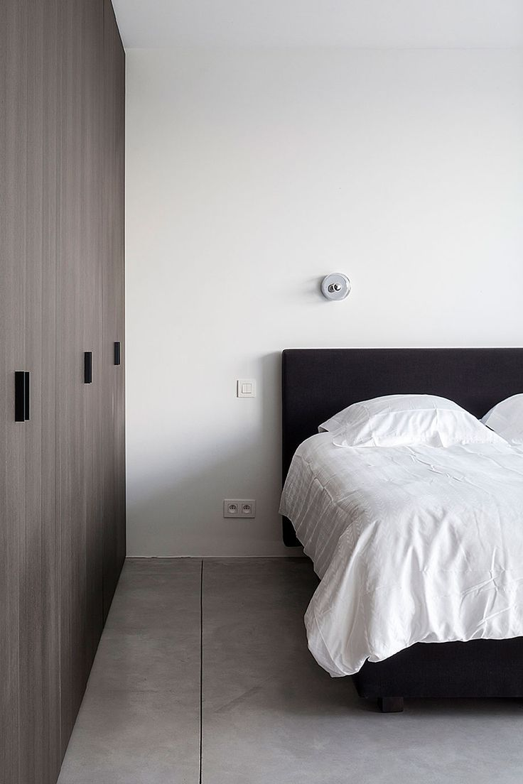 Villa CD es una casa proyectada por OOA | Office O architects, quien ha dado solución a restricciones y exigencias que provenían tanto de las normas de construcción del lugar como del entorno natural y de los propietarios