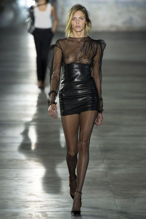 Anja Rubik au défilé Saint Laurent par Anthony Vaccarello