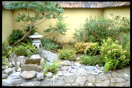 Simple courtyard garden side yard ideas pinterest for Easy japanese garden