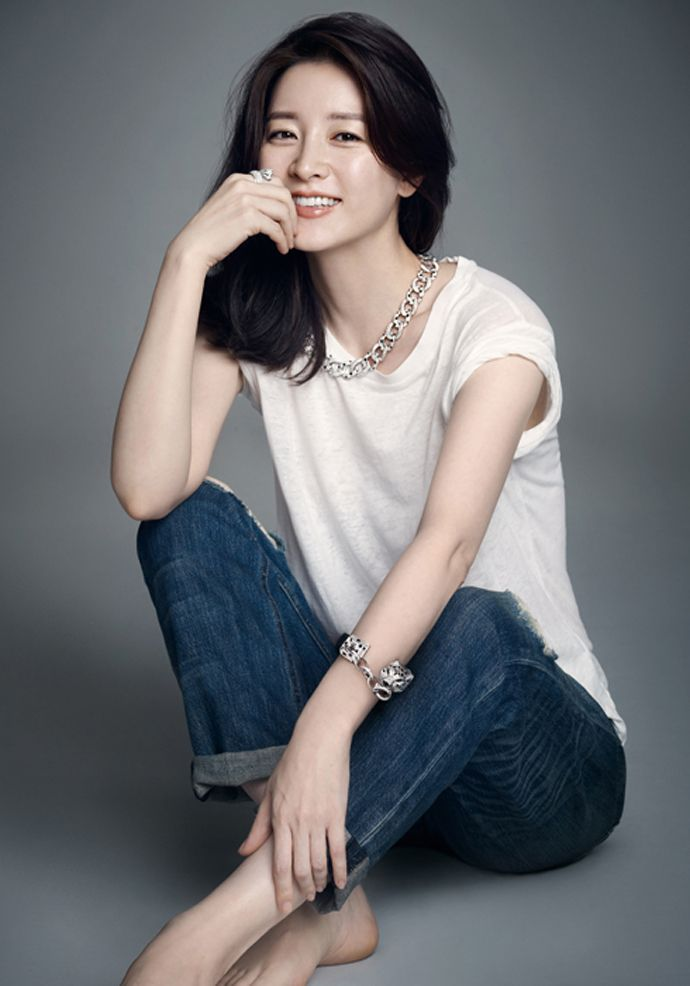 S.Korean actress Lee Young-ae (이영애). How beautiful she is...it is hard to believe she is over 40...Image via Couch Kimchi
