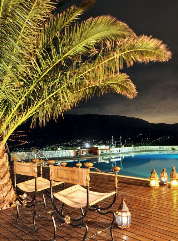 Κτήμα Λάας - Η πισίνα «µπαλκόνι στα Μεσόγεια» προσφέρει κοµψές γωνιές χαλάρωσης, πλαισιωµένες από δέντρα και ατµοσφαιρική διακόσµηση