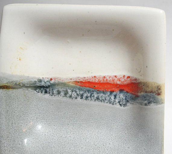 Serveren lade en gerechten, Tapas platen, Sushi Set. Handgemaakt aardewerk lade en platen, grijs en wit keramiek  Een abstract landschap design.  Keramische plaat en 4 kleine gerechten serveren. Perfect voor het serveren van tapas of sushi. Maakt een geweldige bruiloft/Inwijdingsfeest geschenk, als u op zoek bent voor dat iets een beetje anders. Een van een soort.  Handgemaakte Set van 5 platen. Ongeveer de maten. Grote vierkante plaat: x1 ~21.5 cm x 21.5 cm Kleine gerechten x4 ~8.5cm x ...