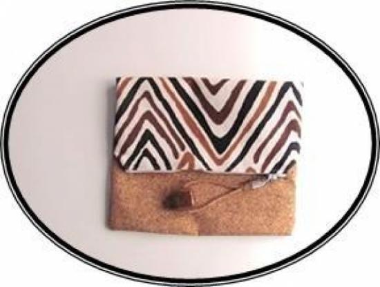 Bolso de mano reversible en tela de alta cualidad y corcho.   Medidas:  Abierto: 28 cm x 20 cm  Doblado: 20 cm x 16 cm