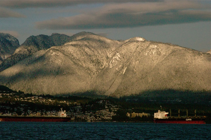 snowy North Shore, seen from Vancouver's waterfront ... wow, Winter !