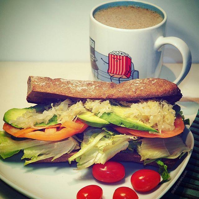 Ayer os comenté que hoy compartiría un bocadillo y aquí lo tenéis.  El pan sin gluten, está bien rellenito de hummus y de paté de shiitake (receta en la bio)👆 lleva aguacate,semillas de sésamo molidas, mezclum, zanahoria, tomate, y choucroute( buen  probiótico ). Lo acompaño de batido de bebida de avena con algarroba, proteína de cáñamo, chia, y canela. Como veis un buen aporte de HD, grasas saludables, proteínas... no llegan en algunos a las cantidades de una ración pero es un buen…
