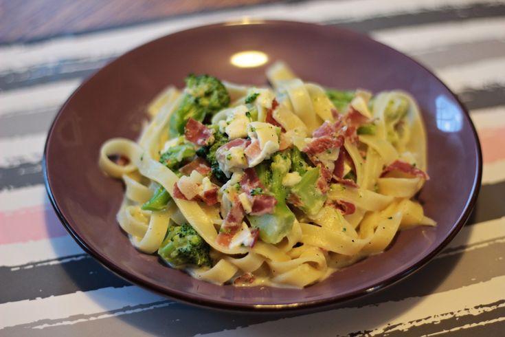 """Obiad z cyklu """"wykorzystam to co mam w lodówce"""" i padło na makaron z szynką Szwarcwaldzką i brokułami. Obiad wyszedł świetny! Dodaje tylko przepisy, które naprawdę mi wyjdą i są mega smaczne- tak było i tym razem."""