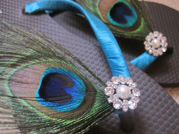 Fracaso de tirón por defecto es blanco, elegir la cinta de cualquier color en ojotas blancas o contactar conmigo para disponibilidad de colores y tamaños.  Para el partido nupcial del pavo real, un fracaso de tirón de tema de pavo real coordinación para que coincida con la pluma de pavo real novia marfil fracaso de tirón. Se trata de la pluma de pavo real estándar con tonos de negro, verde, verde azulado. azul y púrpura.  Hermosas ojotas... flip flops envuelven con envoltura de cinta de raso…