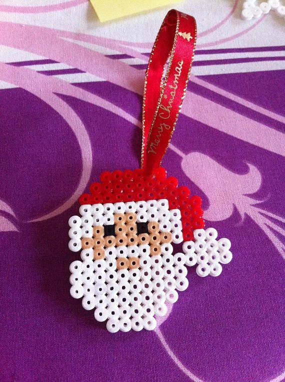 Décoration de noël suspendue papa noel Ruban Merry Christmas. Idéal pour décorer le sapin de noel. Décoration fait main en perle hama, perles à repasser. Saccroche par le ruban.