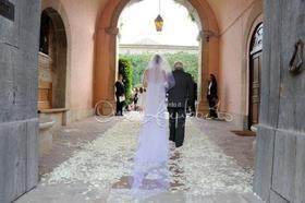 Raggiungere l'altare camminando su petali di fiori