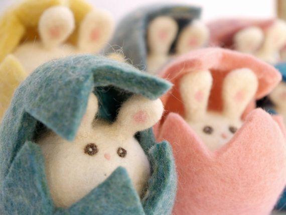 Hier is de leukste verzameling van Bunnies ooit! Deze set bestaat uit alle zes (6) konijnen die elk zonder speling in hun eieren passen. Ze hebben twee grote bunny oren, kleine roze neus en pluizige kleine konijntje staarten. Hun eieren zijn verpakt in verschillende pastel tinten... roze, geel, paars, denim, zacht blauw en turquoise blauw. Ze zijn zacht en zonder speling en klaar voor uw speciale liefde.  Als u wenst te ontvangen liet deze set in een andere kleurencombinatie me enkel weten…