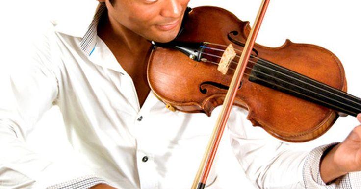"""Cómo cambiar las crines de un arco para violín. A menudo se considera que el violín es el instrumento de cuerda que suena más parecido a una bella voz humana. Un arco de violín promedio mide 29 pulgadas (73,66 cm) y utiliza una """"cinta"""" hecha de crines de caballo. Debes cambiar dicha cinta periódicamente en tu arco para asegurar una calidad de sonido óptima. Sabrás que tu arco necesita un cambio ..."""
