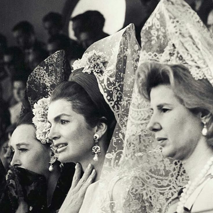 Seville 1966. Bullfight during the Feria de Abril (Fair of April) with three jewelry collectors! From left to right Aline Griffith countess of Romanones; Jacqueline (widow of) Kennedy; and Cayetana Fizt-James Stuart duchess of Alba. Wearing Spanish mantillas and earrings  No without my jewels!!! __________  Sevilla 1966. Corrida de toros durante la Feria de Abril con tres coleccionistas de joyas! De izquierda a derecha Aline Griffith condesa de Romanones; Jacqueline (viuda de) Kennedy; y…