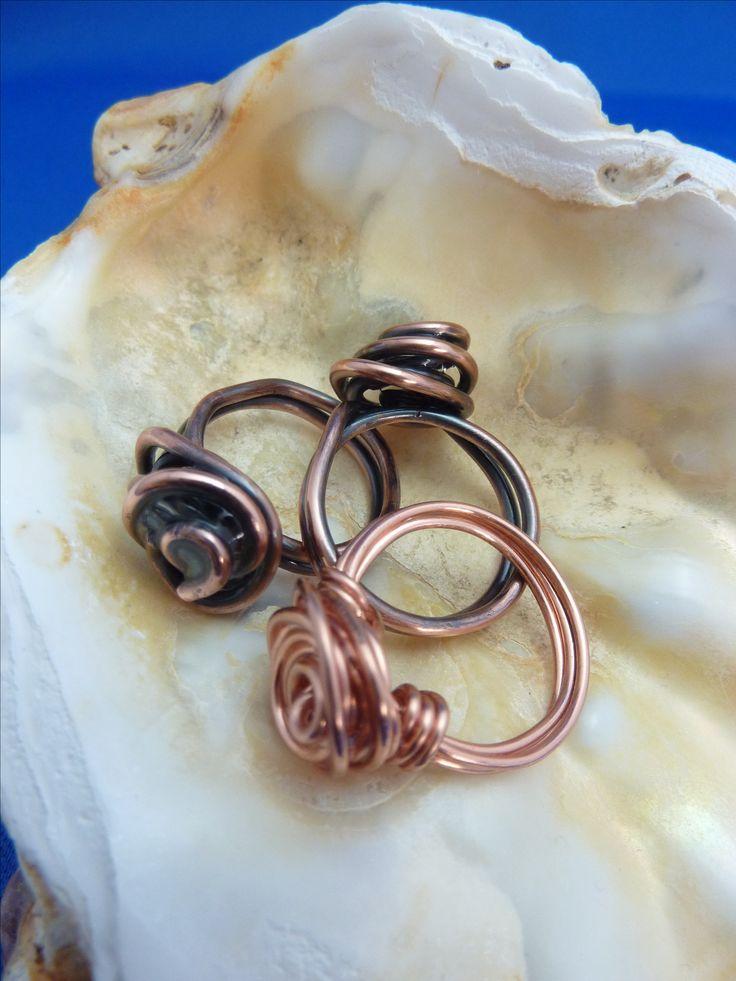 """Deze ringen wilde ik graag ook gaan proberen! Prachtige """"roos"""" ringen, gemaakt van koperdraad. De tutorial is te vinden op julieannart.com. Via www.mijnhalszaak.nl ook te koop."""