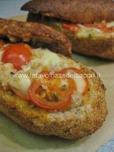 Barchette Integrali con Mozzarella e Pomodorini   http://www.latavolozzadeisapori.it/ricette/barchette-integrali-con-mozzarella-e-pomodorini