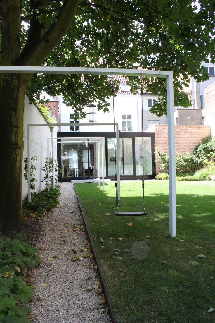studio k - tuin mechelen 2010 (verhoogd gazon, cortenstaal, pergola wit gelakt staal, castle grind, uitbouw in zwart gelakt aluminium van asterisk liebert poels architecten)