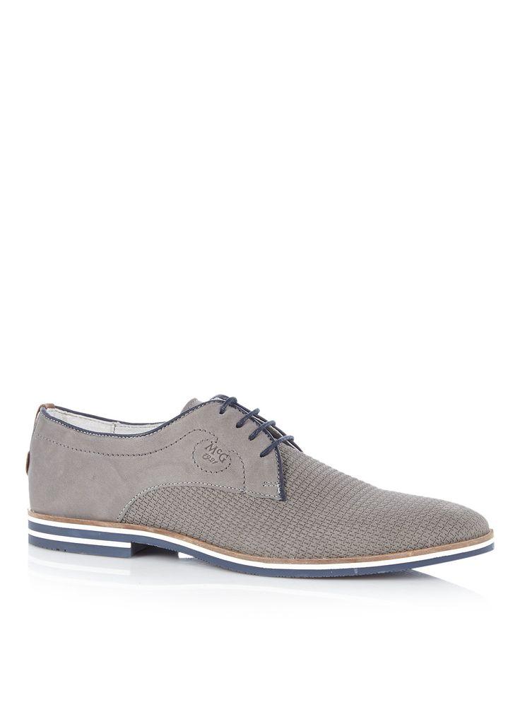 <p>Veterschoen Napoli van McGregor, uitgevoerd in nubuck leer. Dit model is verrijkt met een ingestanst patroon en is afgezet met een donkerblauwe bies. Stikseldetails en een cognackleurig accent op de hiel geven net dat beetje extra. Deze schoen is afgewerkt met een donkerblauw met wit gestreepte rubberzool.</p><p>Gebruik een onderhoudsmiddel en schoenspanners om dit paar schoenen langer mooi te houden.</p>