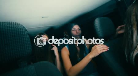 Ragazza ha guidato l'auto - gangster in calze sulla sua testa — Video Stock © djtrenerstock #123043402