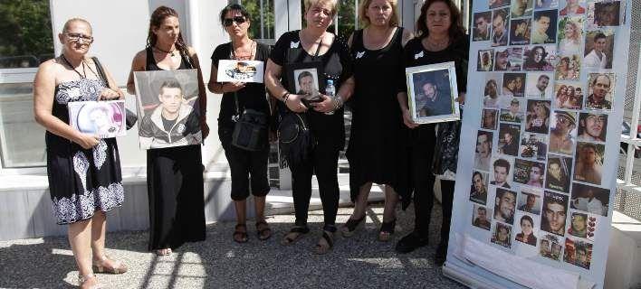 Μητέρες που έχασαν τα παιδιά τους σε τροχαία έξω από το υπουργείο Δικαιοσύνης [εικόνες]