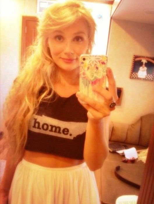 Actress Clare Bowen from ABCs Nashville Wears the Tennessee Home T.