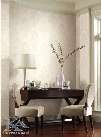 Este nevoie de doi pentru un cuplu. Clasic and Damask wallpaper. Chair.