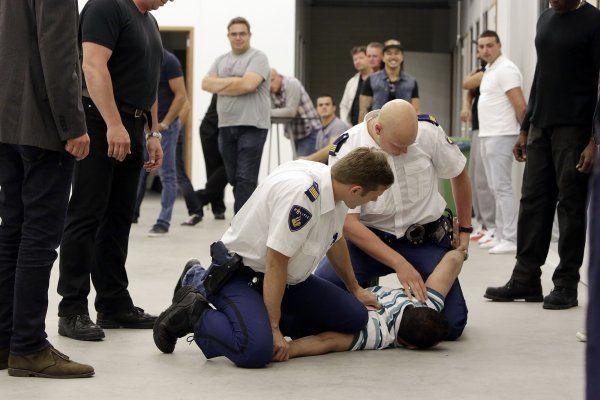 Door een tekort aan docenten krijgt de helft van alle agenten niet de vereiste 32 uur training in aanhoudingstechnieken, zelfverdediging en schieten. Volgens voorzitter Gerrit van de Kamp van vakbond ACP zijn agenten dit nu zat en eisen zij een oplossing.