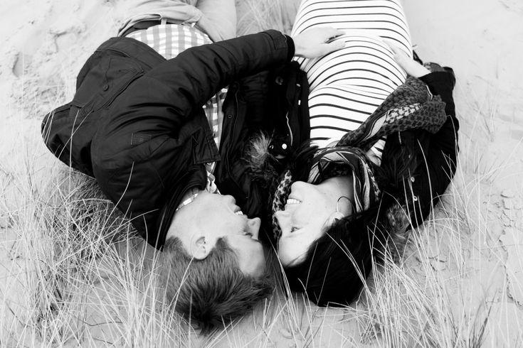 Aan het einde van de middag werd het echt te koud in een zomerjurk. Maar als twee mensen zo naar elkaar kijken, word je vast gauw weer warm van binnen :) Zwangerschapsfotografie   Maternity   Pregnancy   Photo shoot   Drenthe   Appelscha  Zwangerschapsfotograaf