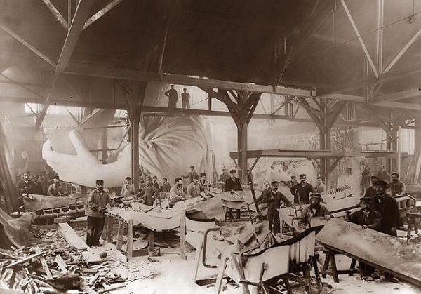 La construction de la Statue de la Liberté en 1884 à Paris.