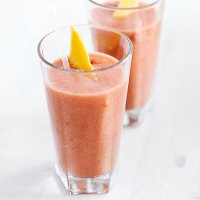 Recept voor smoothie met tomaat, aardbei en mango.